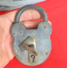 Cadenas ancien avec entrée de serrure, obturateur et fausse entrée de clé laiton