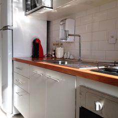 """662 curtidas, 24 comentários - Apartamento de Homem (@apartamentodehomem) no Instagram: """"A cozinha fica ainda mais linda com essa iluminação! ✨"""""""