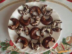Z mouky ,tuku ,cukru ,ořechů ,kakaa , žloutků a cit.kůry vypracujeme hladké těsto .Zabalíme do fólie...