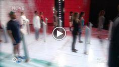 In apertura della seconda puntata del nuovo programma di Maurizio Crozza, in onda su Nove, il comico genovese ha cantato, rivisitandolo, l'inno di...