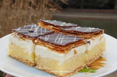 Paula Deen's Not Yo' Mama's Banana Pudding from Food Network is sweet, indulgent and everything you need in a dessert; Not Yo Mamas Banana Pudding Recipe, Banana Pudding Paula Deen, Best Banana Pudding, Banana Pudding Recipes, Banana Pudding Cheesecake, Yummy Treats, Delicious Desserts, Dessert Recipes, Yummy Food