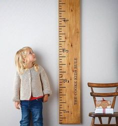 On adore cette toise en bois qui constitue un chouette élément décoratif dans la chambre de mon enfant.
