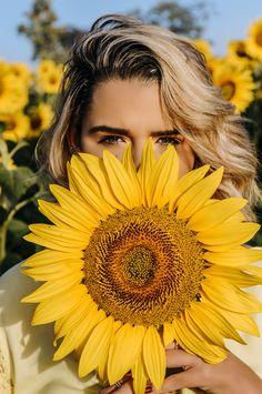 Photo Portrait, Creative Portrait Photography, Photography Poses Women, Photography Tips, Sunflower Field Pictures, Pictures With Sunflowers, Sunflower Field Photography, Kreative Portraits, Girl Senior Pictures