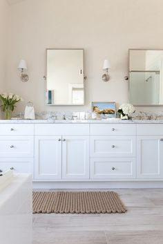 White cabinet paint color Benjamin Moore Decorators White. Popular white cabinet paint color used by interior designers Benjamin Moore Decorators White #DecoratorsWhite #BenjaminMooreDecoratorsWhite Kate Lester Interiors