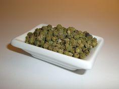 Grüner Pfeffer hat weniger Schärfe als weißer und schwarzer Pfeffer.  Aufgrund des feinen und intensiven Aromas eignet er sich vorzüglich für Soßen.  Der grüne Pfeffer entsteht aus unreif geernteten Früchten, die in einem speziellen Verfahren getrocknet werden.
