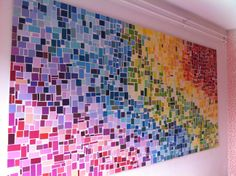 Zelfgemaakt schilderij gemaakt van uitgeknipte verfstalen.. Regenboog kleuren - DIY Colorfull Rainbow