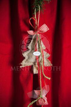 Χριστουγεννιάτικη μπομπονιέρα βάπτισης δεντράκι λινάτσας με καρό κορδέλα