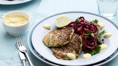 All-star zucchini fritters are a vegetarian delight. Pair them with a fresh salad with beets, red cabbage and a creamy yellow sauce on top, and eat a low-carb rainbow! Vitamix Recipes, Keto Recipes, Zucchini Fritters, Beet Salad, Cooking Videos, Lchf, Sour Cream, Squash, Meal Planning
