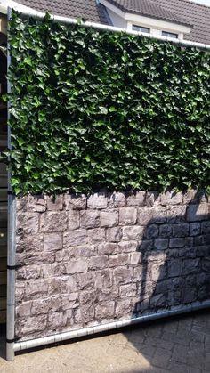 De perfecte #afscherming van je #balkon, tuin of terras voor meer privacy. De #kunsthaag in combinatie met een geprint #balkonscherm.