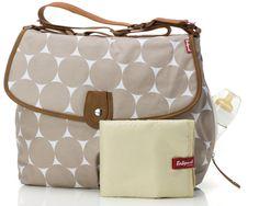"""Babymel Pusletaske """"Satchel"""" er en taske, der kan rumme det vigtigste til både baby og dig. Tasken er i moderne design med skulderstrop og fantastisk funktionalitet, ligesom de øvrige tasker fra Babymel.<br><br>Babymel Pusletaske Satchel er udstyret med en indbygget flaskeholder, to store opbevaringsrum, to opbevaringslommer på indersiden og en puslepude.<br><br>Materiale: Canvas.<br><br>Mål: 41 x 47 x 15 cm.<br><br>Farve: Beige med st..."""