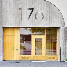 Stilfullt! Brädformade matrisgjutna betongytor och dörr i samma stil. #betong #primulabyggnadsab #dinelljohansson #dinelljohanssonarkitekter #abetong #fasad #prefabbetong #betongärhållbart Signage Design, Facade Design, Door Design, Architectural Signage, Shop Facade, Retail Signage, Store Layout, Cool Restaurant, Student House