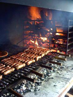 Asado (barbacoa) carne asada a las brasas hechas de leña, comida típica - Uruguay