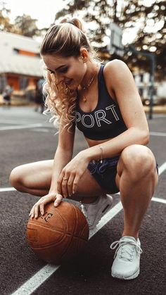 souhailbog: Alley-oop By Jonas Jäschke Model Poses Photography, Fitness Photography, Athletic Models, Athletic Women, Basketball Fotografie, Modeling Fotografie, Basketball Senior Pictures, Cute Couple Selfies, Cute Poses For Pictures