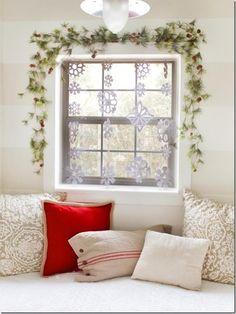flocons de neige en papier blanc pour la déco de la fenêtre