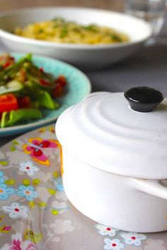 KIP IN 'T PANNETJE - ENJOY! The Good Life Home Kitchens, Chicken Recipes, Cooking Recipes, Food, Le Creuset, Garden, Salad, Ground Chicken Recipes, Garten