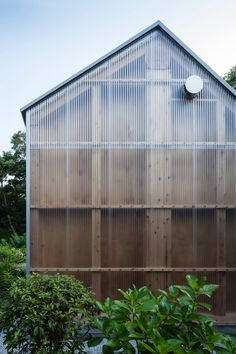 Polycarbonate and timber occupy opposite ends of the material spectrum. Their playful relationship is used by architects to dismantle the internal structure ...