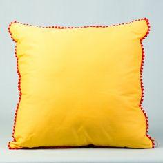 Muito confortável, a Almofada Madri em tecido amarelo com enchimento e detalhe vermelho é perfeita para sua sala, quarto entre outros ambientes. De fácil combinação com outras almofadas e objetos de decoração, vai complementar o visual de sua casa. #Almofada #LojaSoulHome