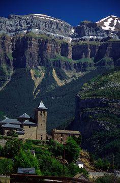 Torla-Ordesa (Torla hasta noviembre de 2014) es una localidad y municipio español en el Sobrarbe, provincia de Huesca, Aragón. Se sitúa al norte de su provincia y al noroeste de su comarca, y fronterizo con Francia, aunque sin conexión por carretera con ella. Es puerta de acceso al valle de Ordesa perteneciente al Parque nacional de Ordesa y Monte Perdido, así como al valle de Broto. Se encuentra a 100 km de Huesca capital, y el acceso por carretera solo puede realizarse por la N-260 desde…