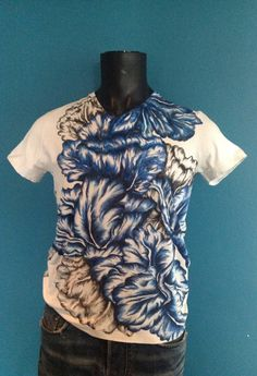 Tulip t shirt in delft blue.