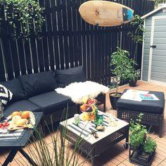 ガーデンファニチャーも多種多様。ソファー&テーブルのセットや、折り畳んで簡単に持ち運びできるものまで、幅広く販売されています。ソファーセットがあれば、朝食や休日のブランチを楽しむのも素敵ですよね。
