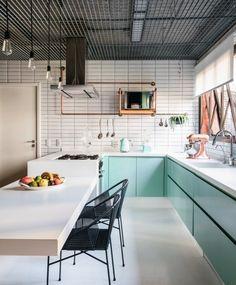 Assinado pelo escritório FGMF, o projeto deste apartamento tem a cozinha no estilo retrô, aplicado nos azulejos de metrô, detalhes em cobre… Easy Home Decor, Home Decor Kitchen, Home Decor Styles, Cheap Home Decor, Home Kitchens, Kitchen Dining, Interior Exterior, Home Interior, Kitchen Interior
