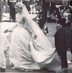 Grace Kelly,a fairytale´s princess. wedding inspo Grace Kelly,a fairytale´s princess. Famous Wedding Dresses, Royal Wedding Gowns, Royal Weddings, Vintage Weddings, Grace Kelly Wedding, Grace Kelly Style, Golden Age Of Hollywood, Old Hollywood, Tom Selleck Movies