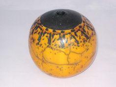 Ce vase rond est réalisé à la plaque en grès et recouverte de plusieurs couches de terre sigillée avant d'être cuite au raku. Couleur orange et noir brillant. Hauteur du - 8190319