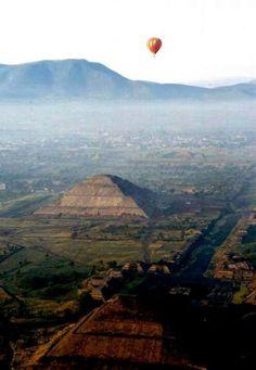 Vista aerea de la ciudad arqueológica de Teotihuacan, México