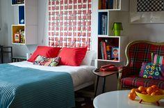 En seng, der kan klappes ud, hjælper med at skabe separate zoner i et multifunktionelt opholdsrum
