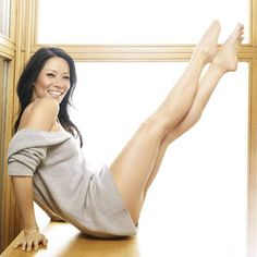 Lucy Liu tells Fitness magazine that her legs 'look longer and feel better than they ever have' thanks to Pilates and running. Lucy Liu, Lucy Hale, Photos Fitness, Actrices Sexy, Skinny Mom, Actrices Hollywood, Portraits, Fitness Magazine, Celebrity Feet