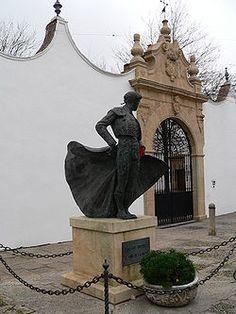 Cayetano Ordóñez: estatua del Niño de la Palma (por el nombre de la zapatería de su padre), en la puerta principal de la plaza de toros de Ronda, donde nació.