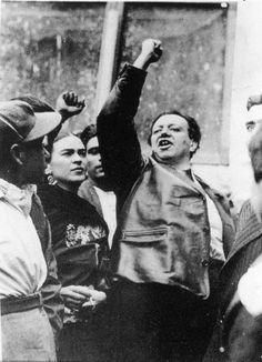 Frida y León fueron amantes.La relación entre el arte y la revolución en su época era igual,la vanguardia y sus filosofías combinaba muy bien con la ruptura