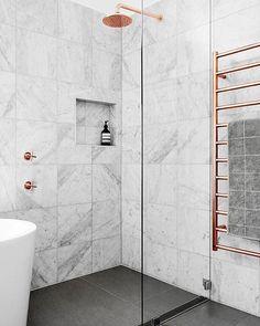 Divine shower in marble and rose gold via @hortonandco ⬆︎⬆︎⬆︎ #marble #rosegold #showerwall #freestandingbath #toweldryer #modernabad #webshop #tiles #mixers #bathroomaccessories #skincare #textiles __________________________________ Gudomlig duschhörna i mormor och rosa guld via @hortonandco ⬆︎⬆︎⬆︎ #marmor #rosaguld #duschvägg #friståendebadkar #handdukstork #modernabad #nätbutik #kakel #blandare #badrumsaccesoarer #hudvård #textil