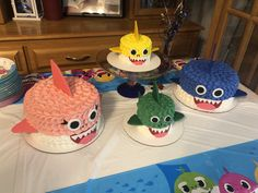 Baby shark and family birthday cake( mommy, daddy and brother shark) Baby Boy 1st Birthday, Girl Birthday Themes, 2nd Birthday Parties, Birthday Cake Kids Boys, Birthday Ideas, Bedroom Vintage, Torta Paw Patrol, Baby Hai, Shark Party Decorations