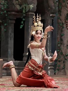 Cambodia Travel and The Apsara Dance: In Buddhist and indeed Hindu legend, an 'Apsara' is in fact a spirit of water and cloud. The Apsaras Dance of Cambodia, therefore, takes on a certain elegance - however it isn't just about dancing. Laos, Baile Jazz, Phnom Penh, People Of The World, Just Dance, World Cultures, Belly Dance, Traditional Dresses, Asian Beauty