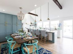Any fans of HGTV's Drew and Jonathan Scott out there?) You might recognize this one from Brother Vs. Houston-based interior designer Beth Lindsey was the lead designe… Jonathan Scott, Drew Scott, Beach House Kitchens, Cottage Kitchens, Home Kitchens, Property Brothers, Diy Kitchen Remodel, Kitchen Makeovers, Chic Living Room