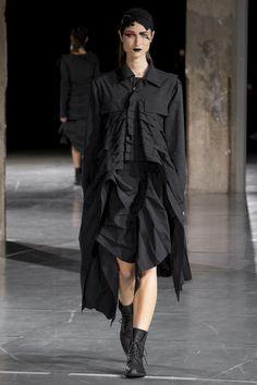 Défilé Yohji Yamamoto prêt-à-porter femme automne-hiver 2017-2018 Femme