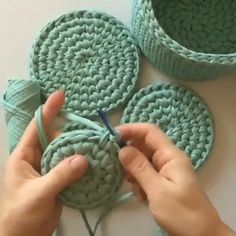 Crochet Bag Tutorials, Crochet Stitches For Beginners, Crochet Flower Tutorial, Crochet Stitches Patterns, Macrame Patterns, Crochet Videos, Diy Crochet, Crochet Crafts, Yarn Crafts