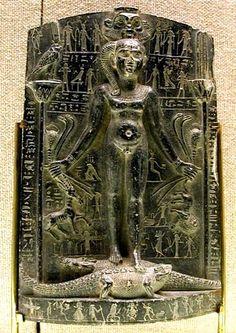 """Cippus-Es el término que los estudiosos modernos emplean para designar la imagen de Horus niño y que procede del latín cippum, cuyo significado es pilar, hito, mojón o pilón, soporte o no de inscripciones. Sería más correcto llamarlo por el nombre descriptivo """"Horus sobre los Cocodrilos. Aparece en el Tercer Periodo Intermedio aunque en la Dinastía XVIII ya existían ciertas figuras que cumplían la misma función. En cualquier caso se trata de estatuas en las que está Horus niño desnudo, en…"""