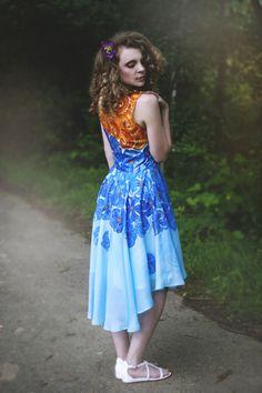 Panenka v modrých květech