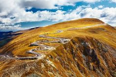 Transalpina, the highest road in Romania, crossing the Parang mountains. Foto: Stock Photo www.fonmoney.ro