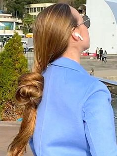 VIDEO - If you saw this, you wouldn't believe your eye - RealRapunzels Long Hair Ponytail, Bun Hairstyles For Long Hair, Long Hair Play, Really Long Hair, Playing With Hair, Beautiful Long Hair, Shiny Hair, Grow Hair, Her Hair