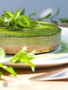 Kleine erfrischende Eistorte in quietschgrün – Raw Matcha Cake