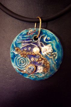 Preziosi e Incantevoli Gioielli in ceramica raku, di colore ognuno diverso dall'altro,con inserimenti di swarovski, foglia simil-oro, microsfere di vetro, e altro …www.forgiatoredielementi.it Non valuables Charming jewels in Raku ceramics, different from one another in colour, with Swarowski insertions, gilded leaf motif, glass micro-spheres, and more