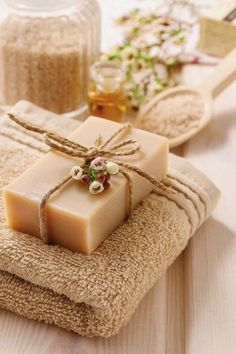 How to make handmade soap: tutorials and perfume ideas See HERE Homemade aromatic soap recipes ! Homemade Soap Recipes, Homemade Gifts, Diy Gifts, Soap Packaging, Home Made Soap, Natural Cosmetics, Handmade Soaps, Handmade Ideas, Bar Soap