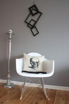 Kalas Mystiske Hjørne♥livingroom. eameslookalike, skull pillow Skull Pillow, Eames, Living Room, Pillows, Chair, Furniture, Home Decor, Decoration Home, Room Decor