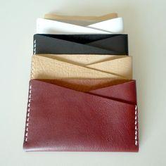 四角くてマナー良さそうシンプルでニュートラルな一枚の革でできたケース。ポケットのラインや、コーナーの形、縫い線の不対称でリズム感を与えてみました。*ポケットは...|ハンドメイド、手作り、手仕事品の通販・販売・購入ならCreema。