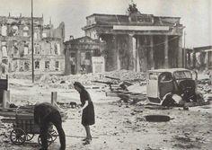Brandenburger Tor BERLIN. Berlin 1945 Brandenburger Tor, Sommer 1945.