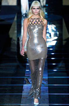 paiete in stilul Versace Review Fashion, Fashion Show, Runway Fashion, Versace, Cape, Jumpsuit, Vogue, Bodycon Dress, Womens Fashion