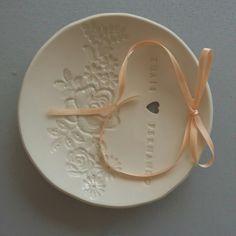 Porta-Alianças de Porcelana e Personalizado Wedding Details, Wedding Ideas, Cold Porcelain, Craft Projects, Decorative Plates, Clay, Diy Crafts, Animal Decor, Ceramics